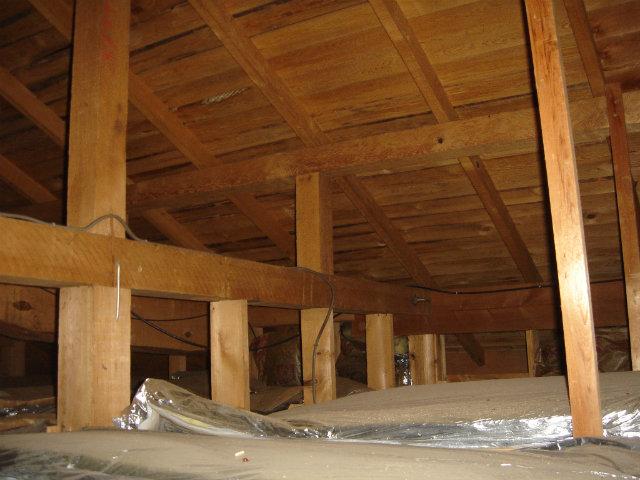 小屋裏の骨組み,断熱材施工状況